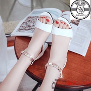 The new 2017 female children's sandals, 11 to 15 years old flat in the summer of 2017 the new junior high school girls buckle white thick at the end of a word