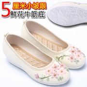 The new shoes old Beijing shoes embroidered shoes with Chinese folk style high wind Hanfu shoes Oxford bottom collocation