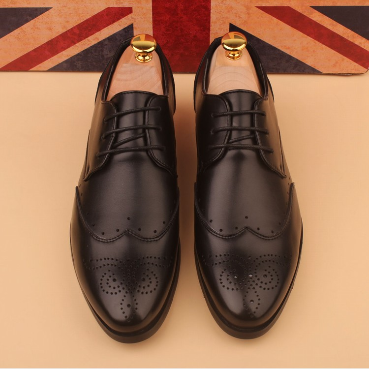 The carved shoes black men's leather shoes retro Bullock shoes casual shoes men's shoes.
