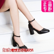 The new style of the summer style shoes is round headed, with black high heels, hollow Baotou sandals, ladies' leather shoes