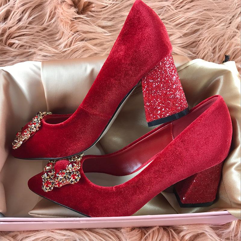红色水钻方扣尖头粗跟丝绒新娘婚鞋新款亮片高跟宴会加绒女单鞋冬