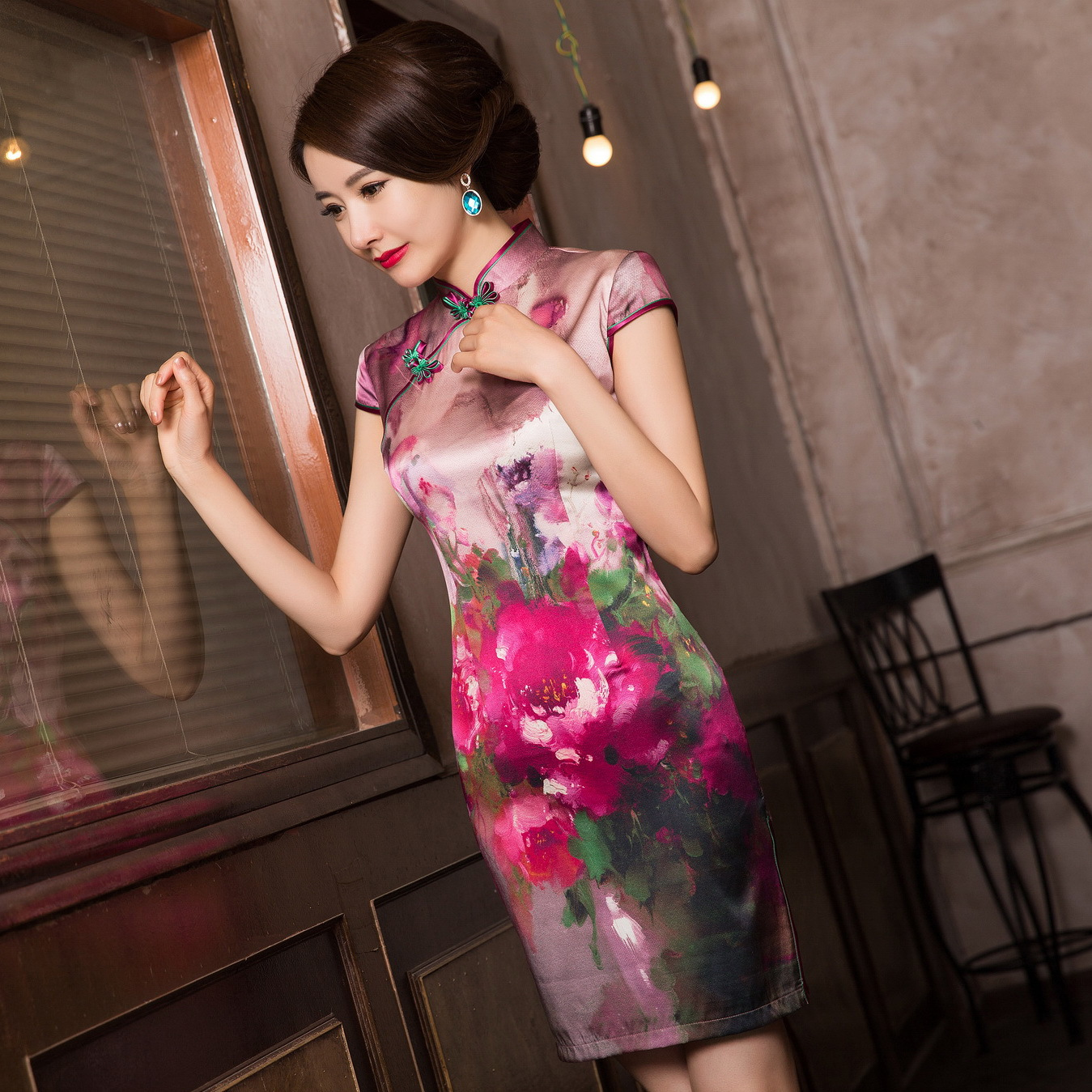 Yi Feng Tang, classical Chinese style, women's silk fashion cheongsam, exquisite high-end women's dress, short cheongsam