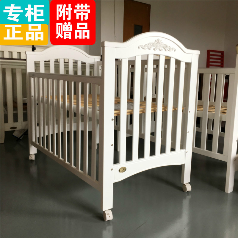 The new wood crib multifunctional newborn bed crib to send a small fence with pine roller bed fight game bed