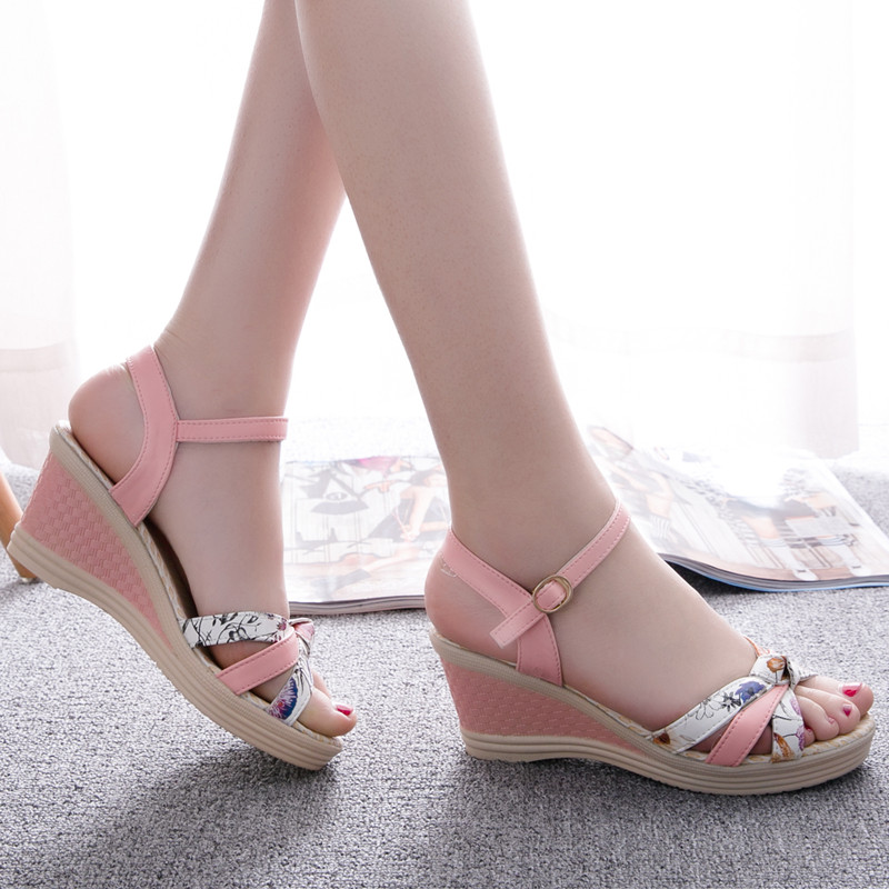 In the summer of 2017 middle-aged women sandals new mother toe sandals platform shoes wedges ladies shoes