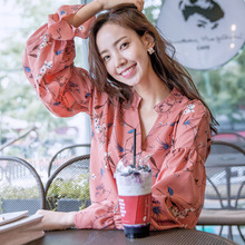 In the autumn of 2017 new Korean women loose coat T-shirt collar V printing all-match long sleeved chiffon shirt female models