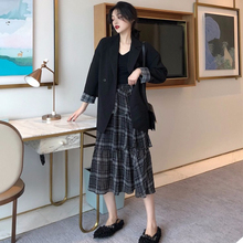 The new large-size autumn dress, fat mm Korean version suit jacket in 2019, shows a slim half-length skirt and a fashionable two-piece suit.