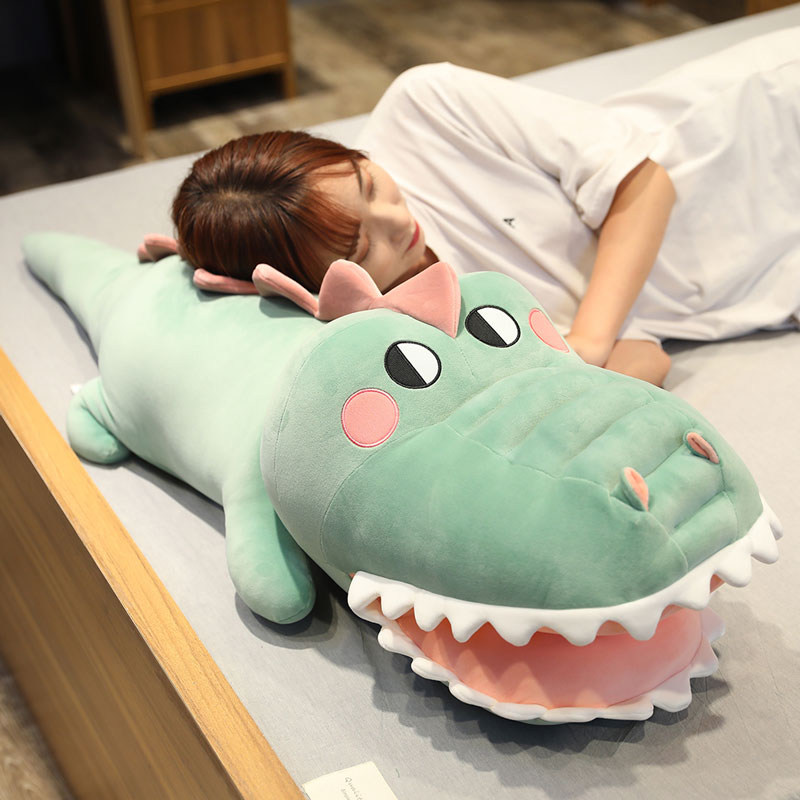 Sleeping with you on the bed of a plush toy crocodile doll
