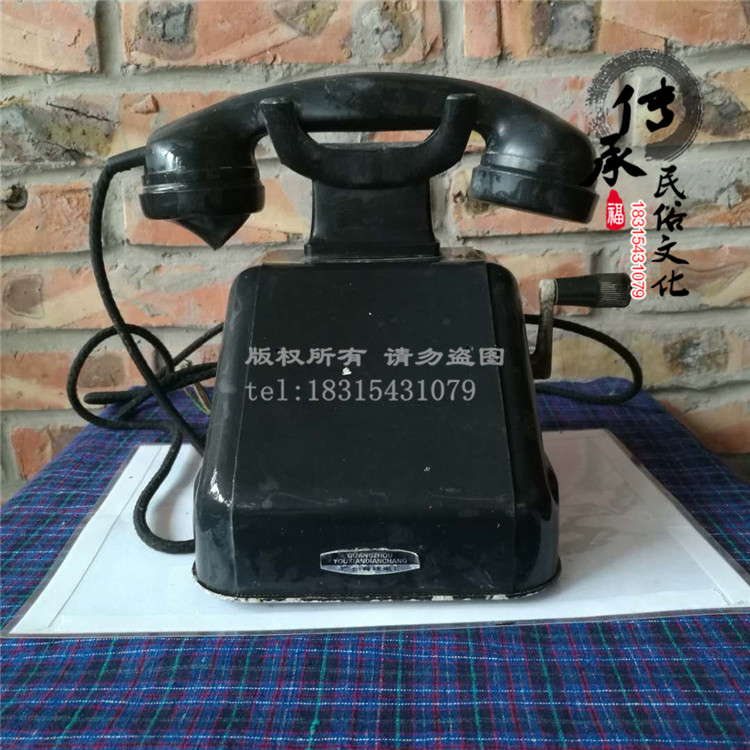 Nostalgic old objects old hand shaker telephone During the Cultural Revolution telephone prop decoration decoration museum red collection