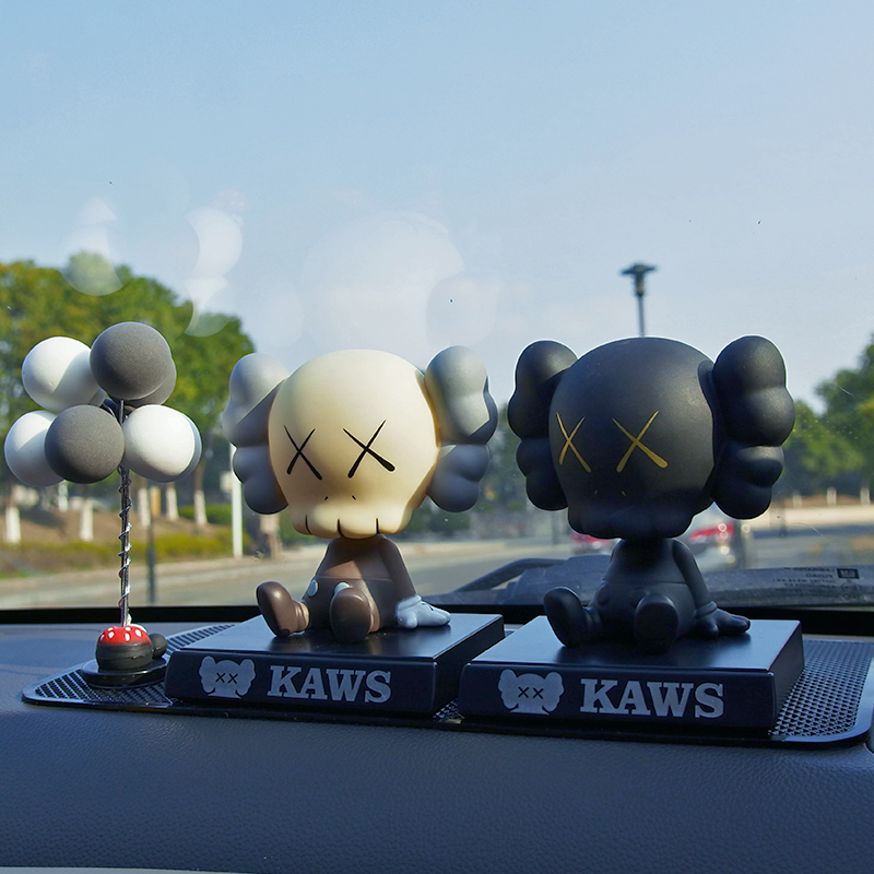Swing de voiture KAWS Cowes net red trend doll shake head personality cute creative car interior decoration supplies