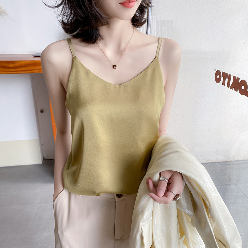 The sling vest lady wore a silk satin top with a summer sleeveless outer pairing with a small suit