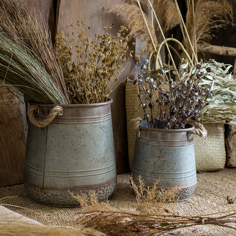 Make old tin buckets, flower pots, vases, ornaments and ornaments, grocery Gardens