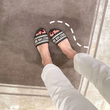 Sheii Su Yin wears a new style of beach embroidered flat-soled slippers for women's sandals