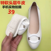 A new spring leather flat white shoe shoe size soft bottom mother pregnant women shoe shallow mouth shoe Doug.